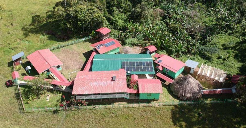 Una escuela en una comunidad indígena con paneles solares