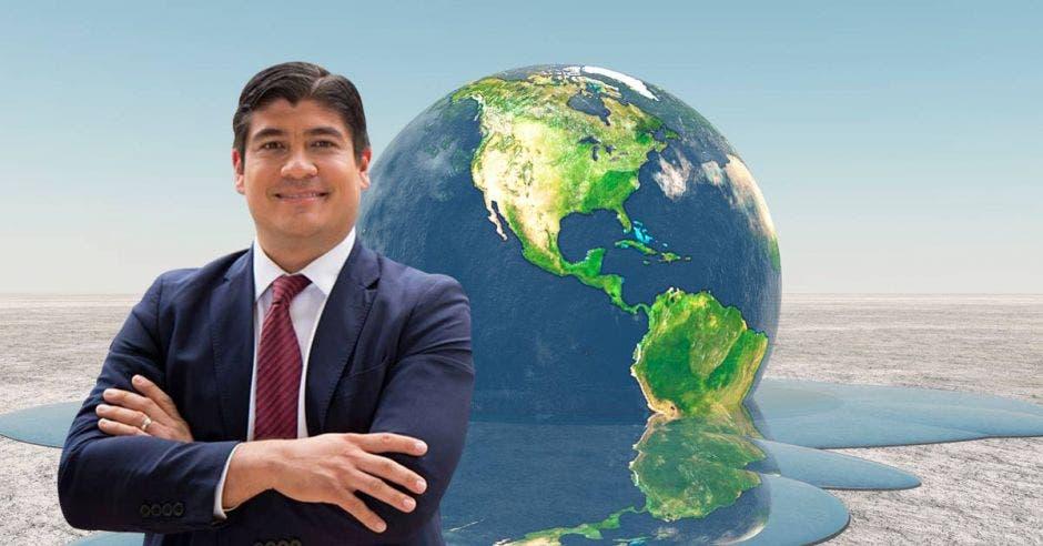 Carlos Alvarado posa frente a un planeta derritiéndose