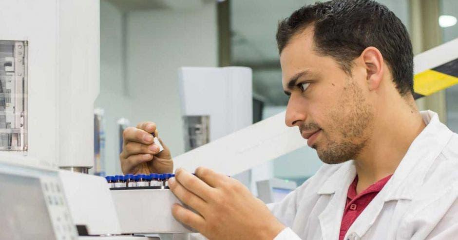 Un hombre hace pruebas de laboratorio