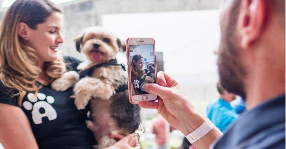 Mujer con perro mientras le toman foto