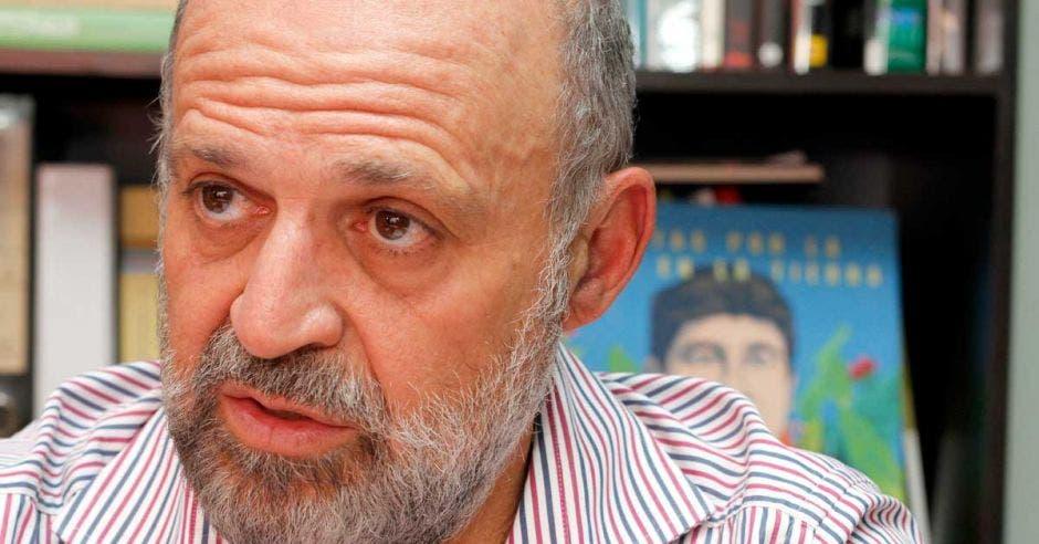 Carlos Manuel Rodríguez conversa en su oficina con medios de prensa