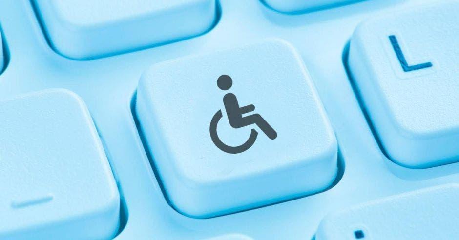 teclado de computadora celeste con una persona en silla de ruedas