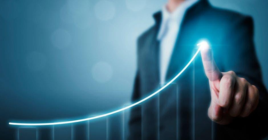 gráfico de barras señalado por una persona en traje entero con un punto de luz de manera lineal