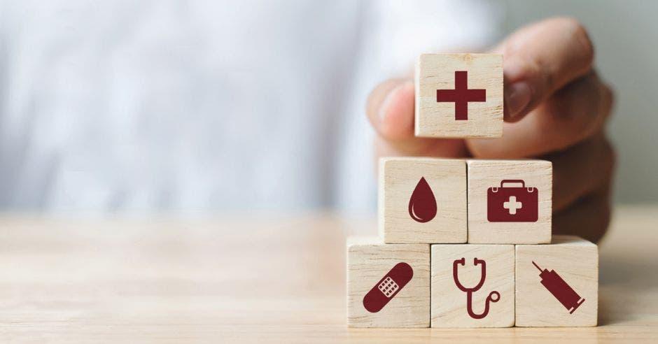 Unos cubos con símbolos médicos
