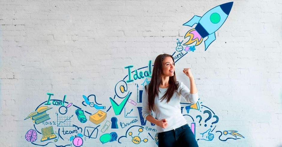 Mujer pensadora con un cohete atrás dibujado