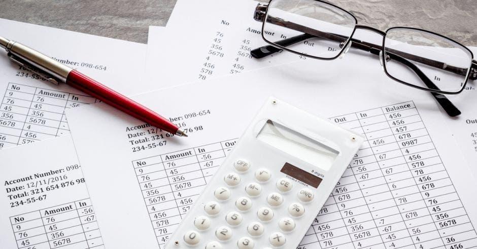Foto de una calculadora sobre papeles de contabilidad