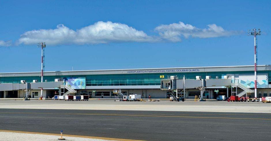 Toma de la pista y terminal del aeropuerto Daniel Oduber en un día soleado con la presencia de pocas nubes.