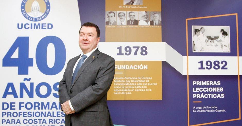 El doctor Pablo Guzmán Stein, rector de UCIMED posando en esa universidad