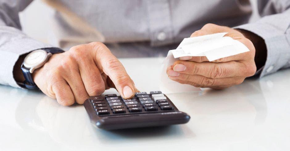 Se trata de 250 mil hogares en donde el 60% o más de los ingresos se usa para pagar deudas. Archivo/La República.