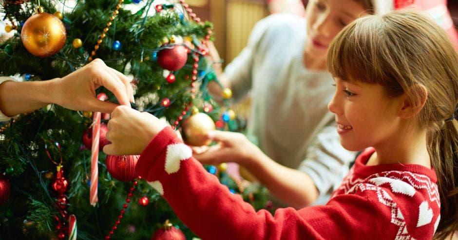 niños decorando árbol