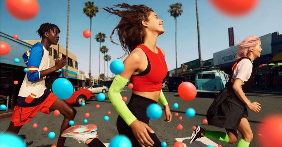 Gente corriendo y bolas de colores