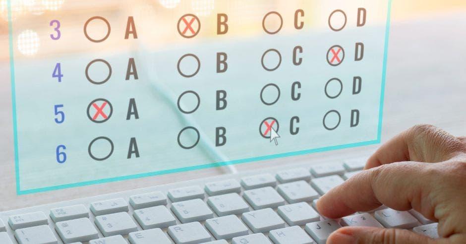 Una mano en un teclado de una computadora y en la pantalla se ve que está resolviendo un test