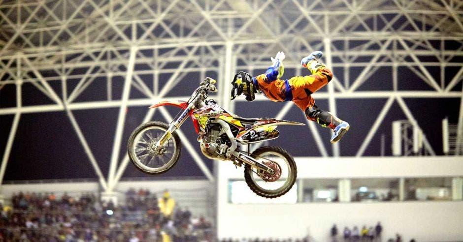 moto en el aire en el estadio