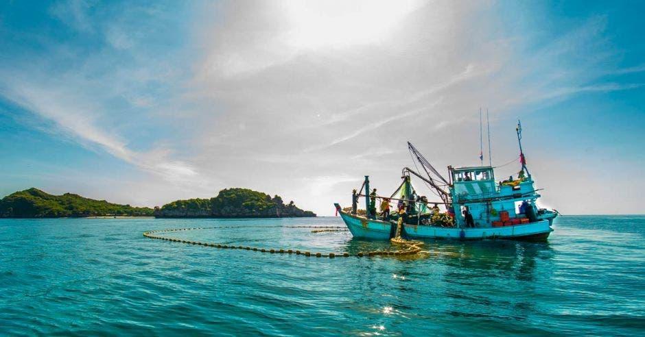 Un buque de pesca en altamar