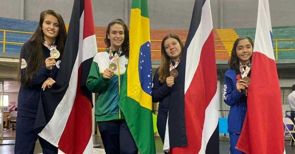 mujeres con medalla y banderas