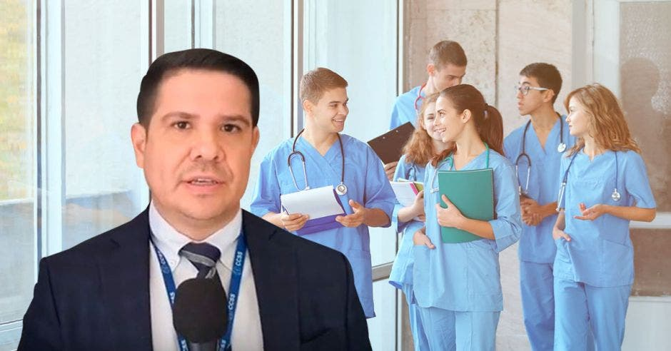 Juan Carlos Esquivel junto a una imagen de estudiantes de Medicina
