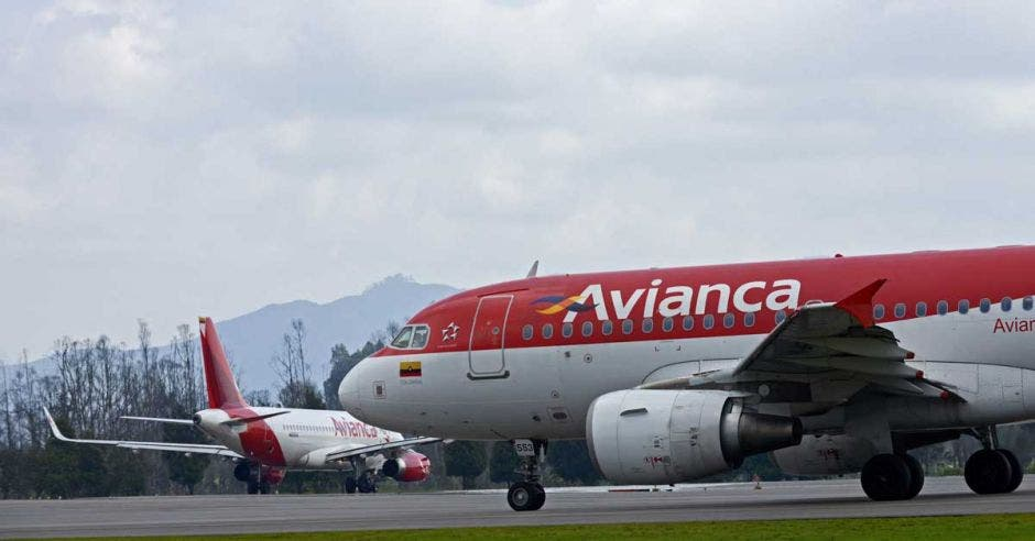 Dos aviones de Avianca en una pista de aterrizaje