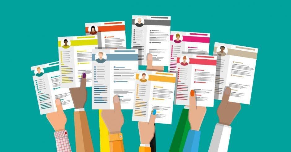 Manos de distintas personas levantando sus currículums