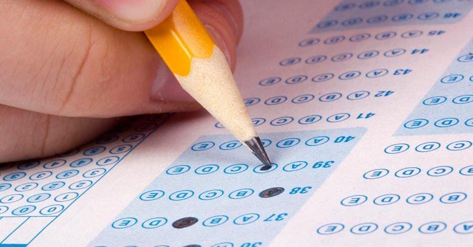 Una persona rellenando las respuestas de un examen