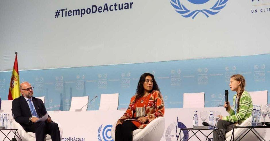 El ministro Carlos Rodríguez junto a Greta Thunberg en un escenario, discutiendo varios temas