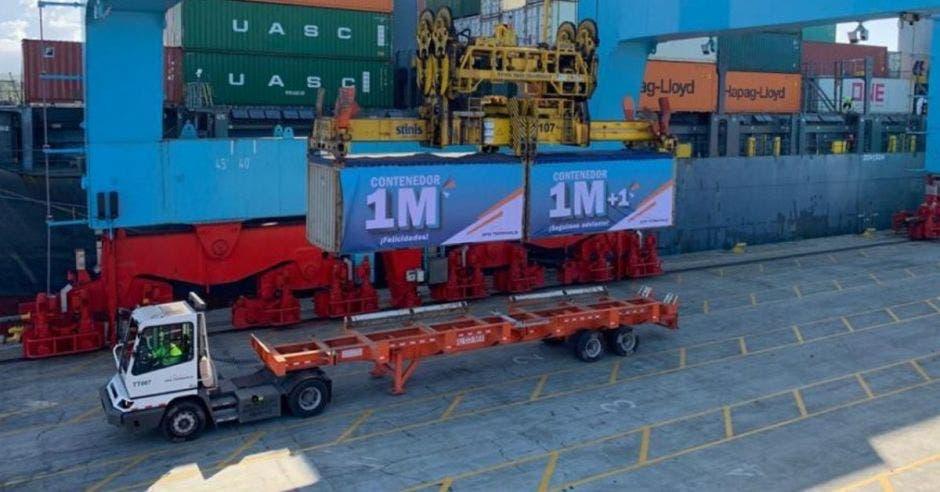 El contenedor un millón fue brandeado para que los colaboradores de la TCM celebraran el hito conseguido. Cortesía / La República