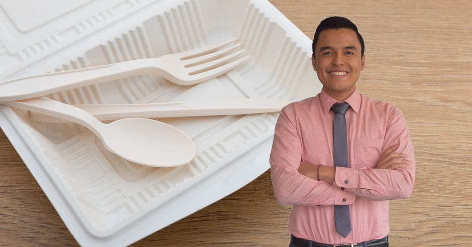 Roberto Coto posa junto a utensilios de material biodegradable color blanco