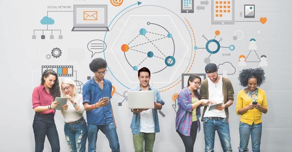 Unos jóvenes viendo tecnología