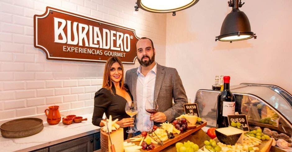 Hombre y mujer en tienda de gastronomia