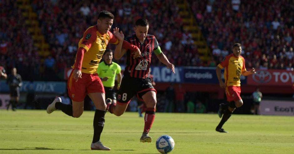 Francisco Rodríguez y Jose Miguel Cubero disputan un balón