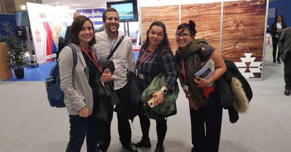 cuatro personas en un stand de exposiciones