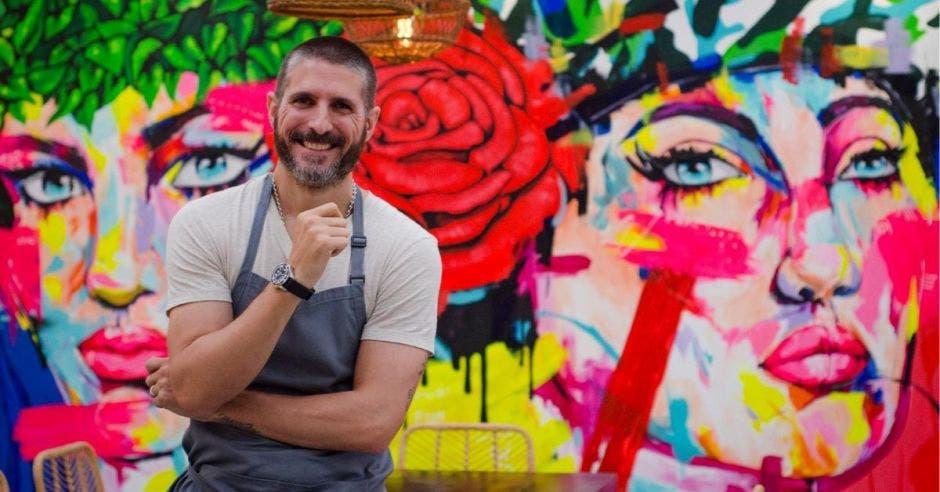 Chef con mural en la espalda