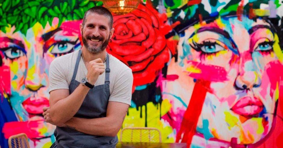 Chef con mural de fondo
