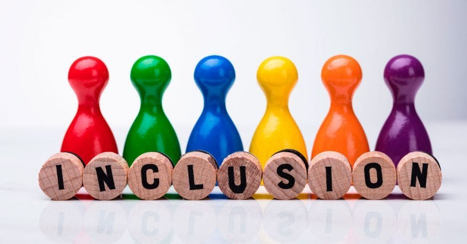 Fichas de distintos colores en fila con círculos que por delante dicen inclusión