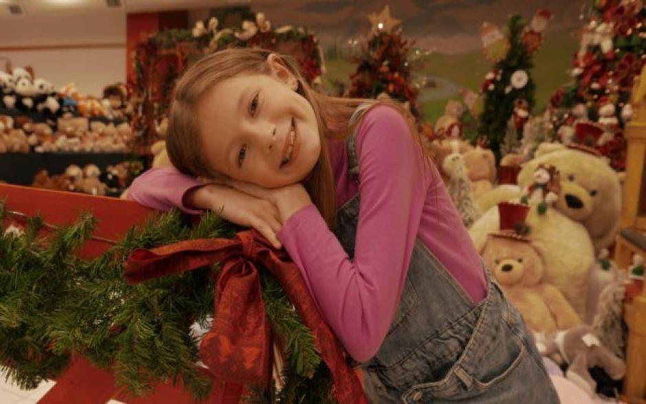 Niña en ambiente navideño