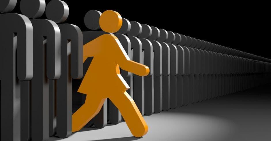 Una silueta de mujer se sale de la fila liderada por siluetas de hombre, tanto en su movimiento como en su color
