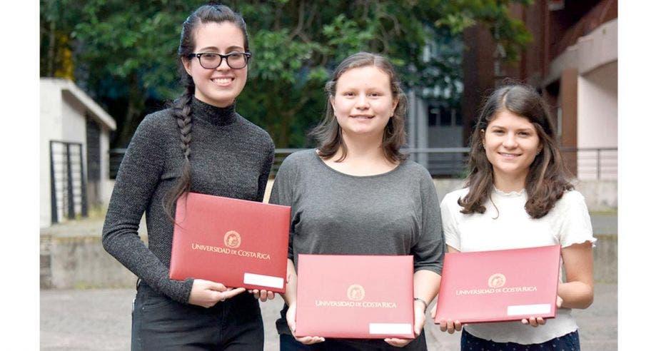 De izquierda a derecha aparecen Raquel Gutiérrez, primer lugar del examen de admisión de la UCR; acompañada por Angélica Navarro y Andreína Quesada, segundo y tercer puesto, respectivamente.