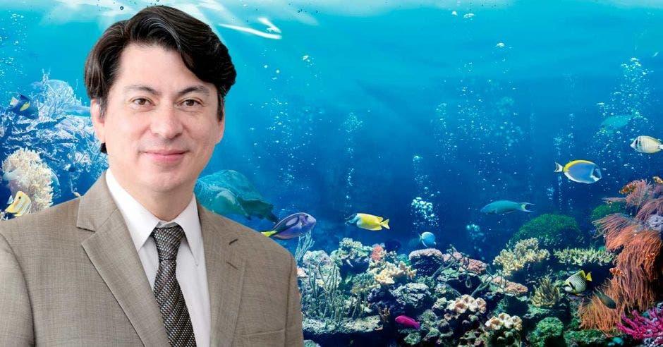 Roger Rios sobre un fondo de arrecifes coralinos