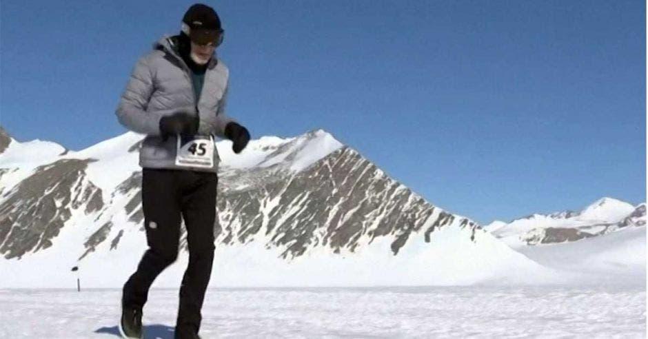 hombre corre en el hielo
