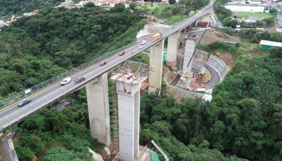 Construcción del puente sobre el río Virilla, a la altura del estadio Ricardo Saprissa