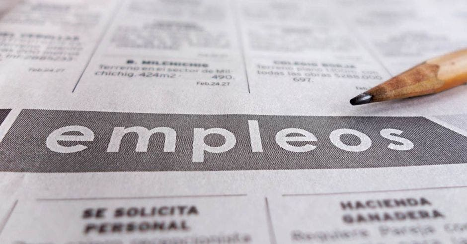 Un periódico con la palabra empleos y un lapiz