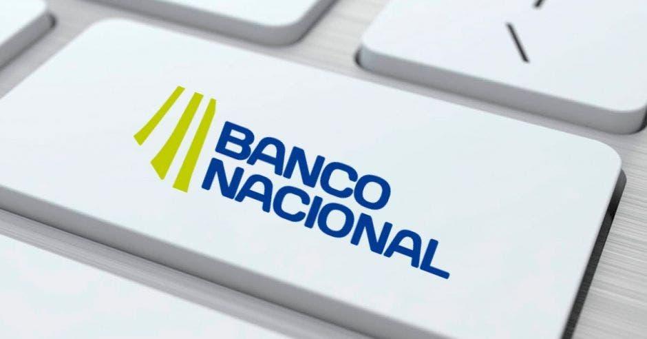 Tecla de computadora con el logo del Banco Nacional