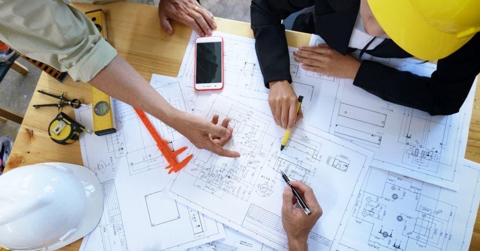 Arquitectos viendo unos planos
