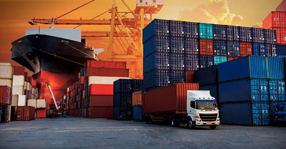 camiones, contenedores, barcos  en una misma foto ilustrando las exportaciones