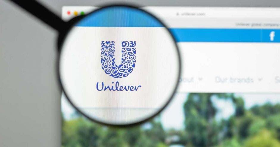 El logo de Unilever aumentado a través de una lupa