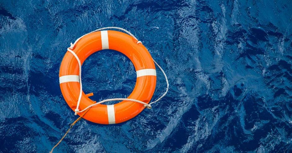 un salvavidas flotando en el agua