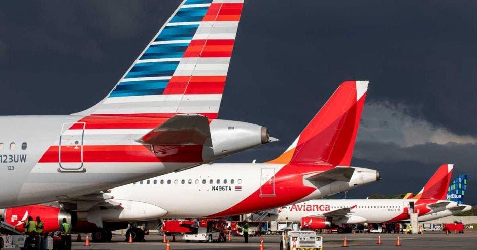 Colas de los aviones en la terminal internacional juan santamaria
