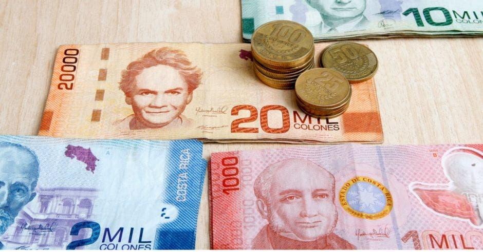 Billets de 20 mil, 10 mil, 1 mil y 2 mil junto a monedas en una mesa