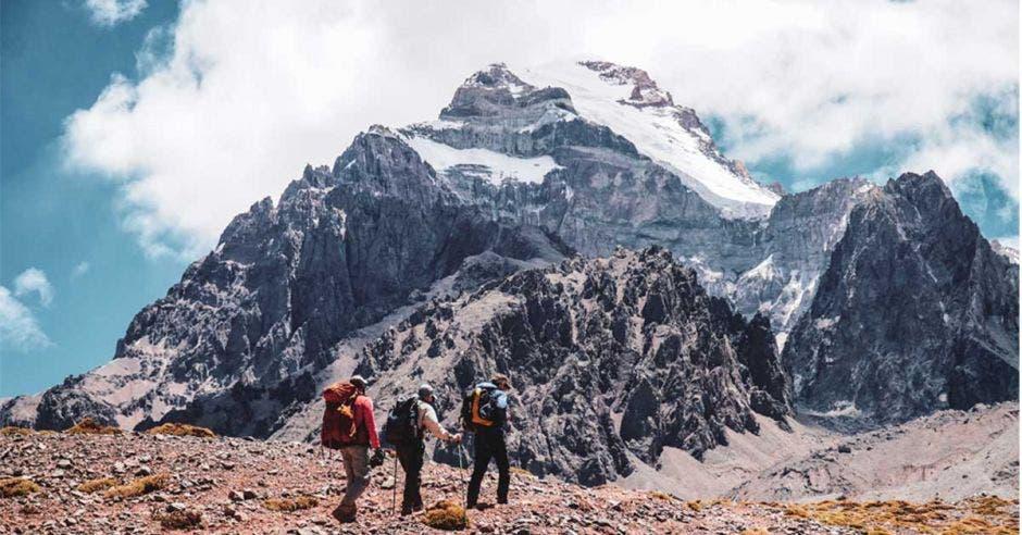 hombres suben montaña de hielo