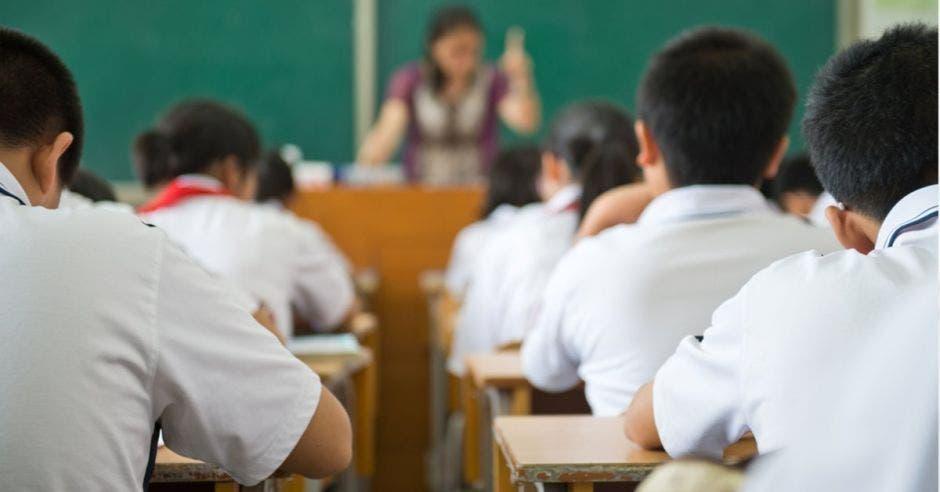 Estudiantes de escuela sentados en su pupitre
