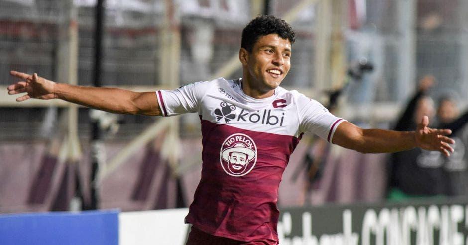johan venegas celebra un gol con saprissa